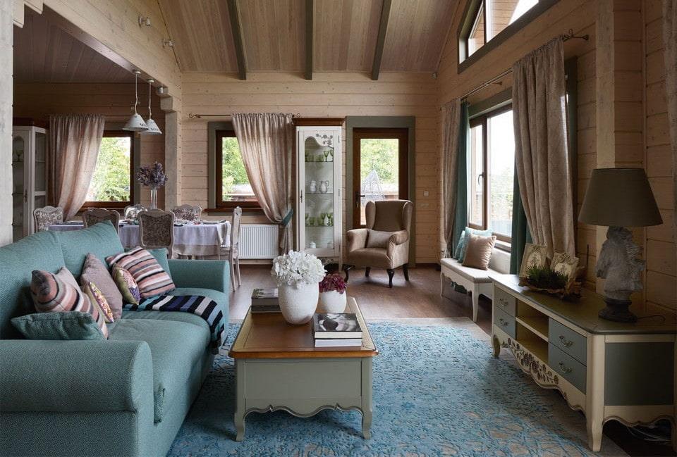 Диванная зона гостиной комнаты в стиле прованса
