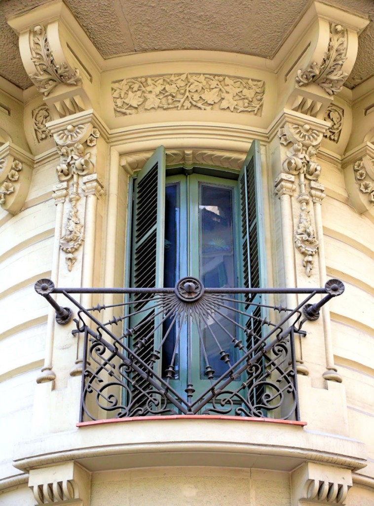 Оформление кованного балкона в стиле готика