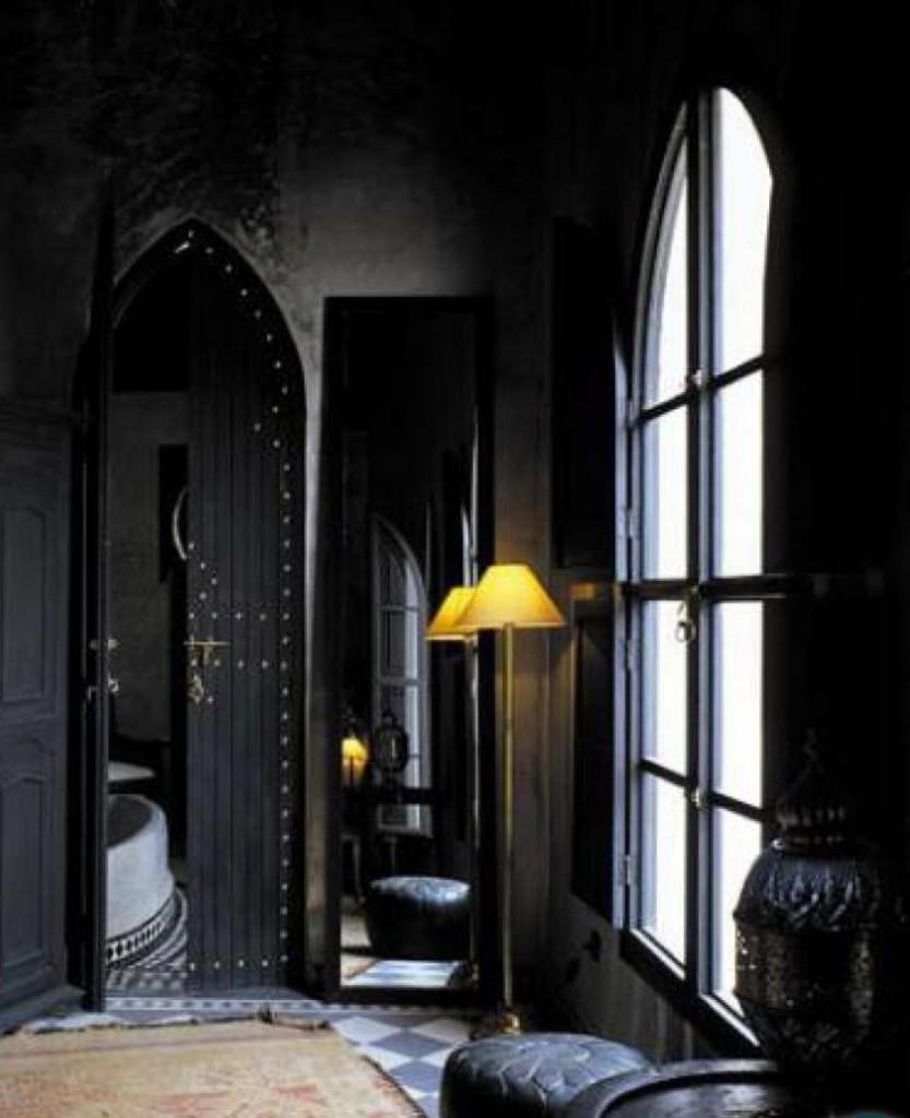 Темный балкон с небольшим окном в стиле готики