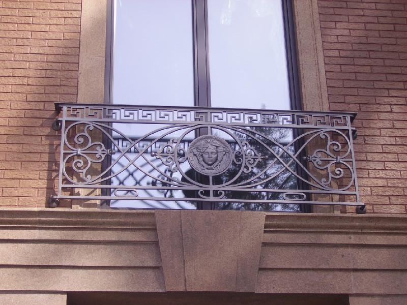 Декоративный балкон с ковкой в греческом стиле
