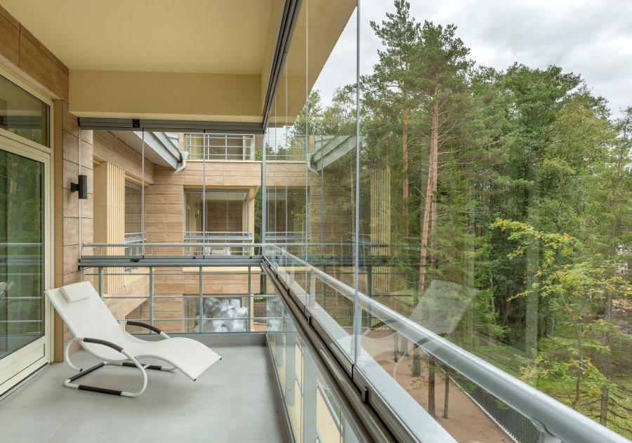 Безрамное остекление балкона с видом на лес