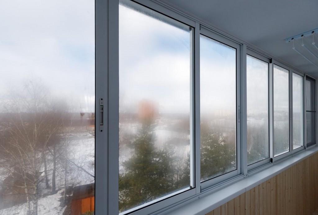 Запотевшие стекла на балконе с холодными окнами