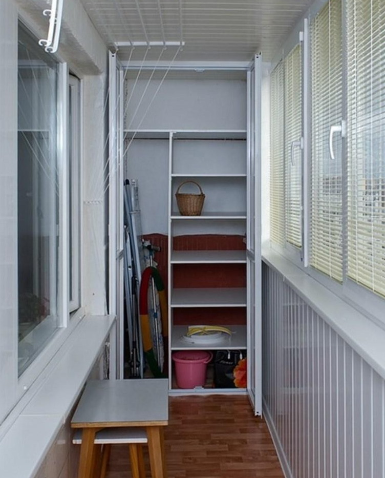 Удобные полочки внутри шкафа на лоджии