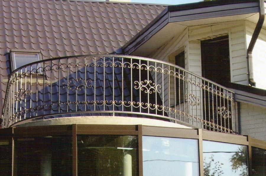 Кованные перила на балконе изогнутой формы