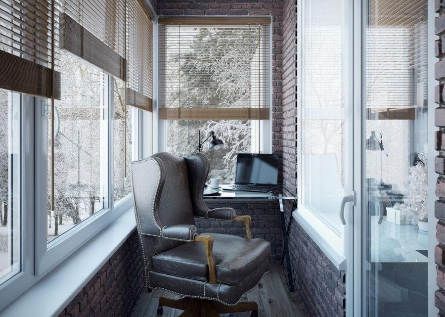 Кожаное офисное кресло на балконе в хрущевке