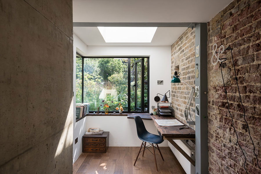 Рабочий кабинет в стиле лофт на балконе