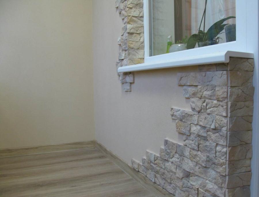 Отделка стены искусственным камнем на балконе