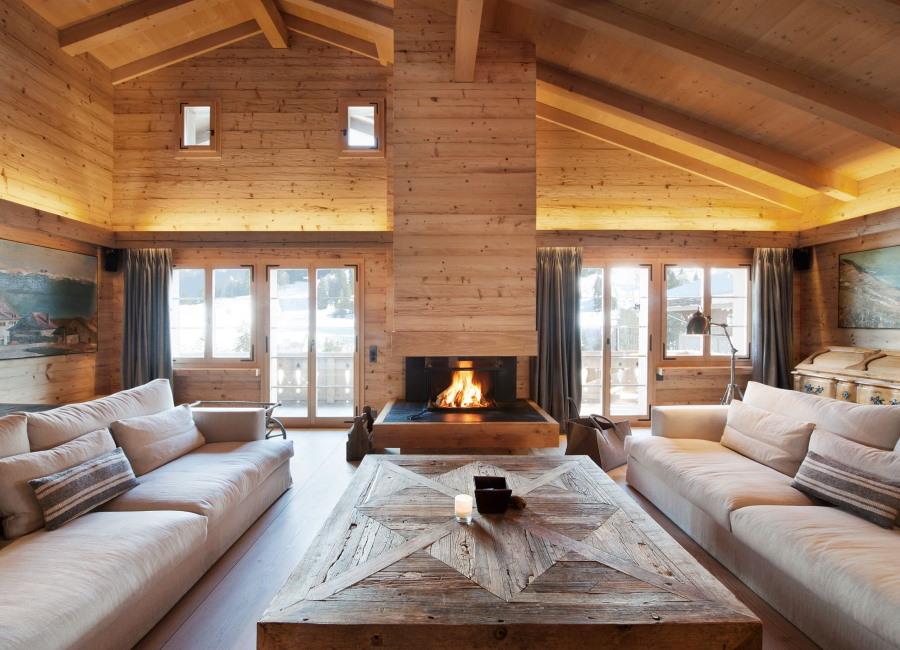 Деревянная отделка вытяжки над камином в гостиной