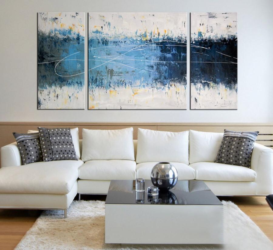 Триптих над диваном с обивкой светлого цвета