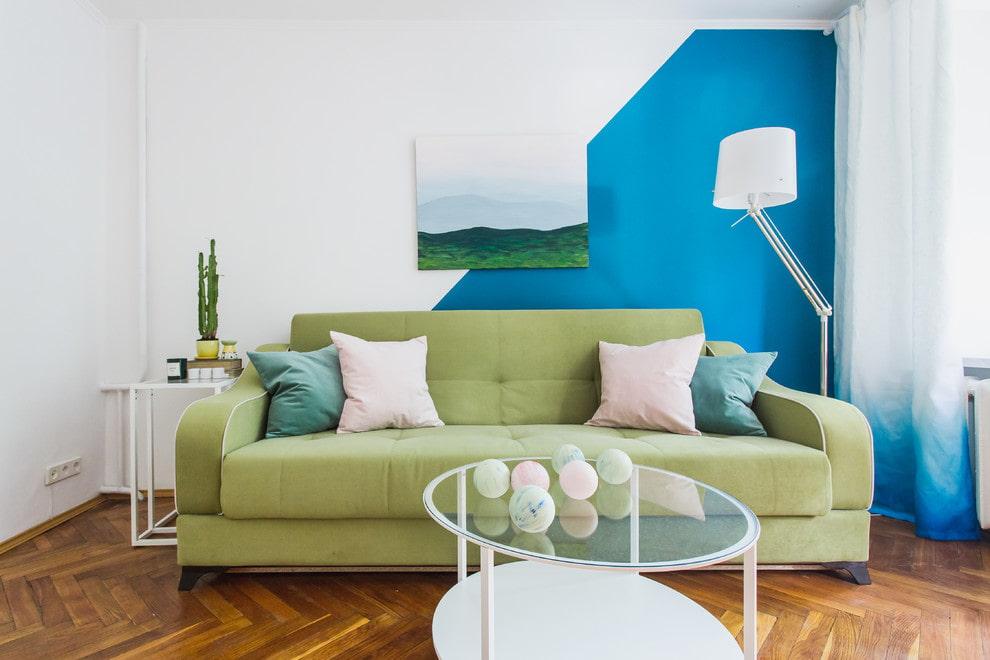 Картина на стене гостиной с контрастной окраской