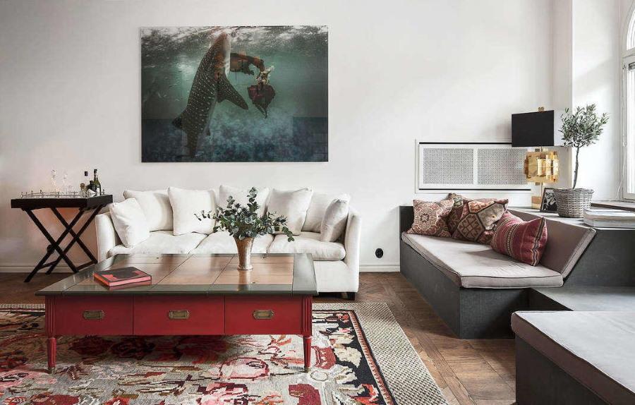 Картина с большой рыбой в современной гостиной