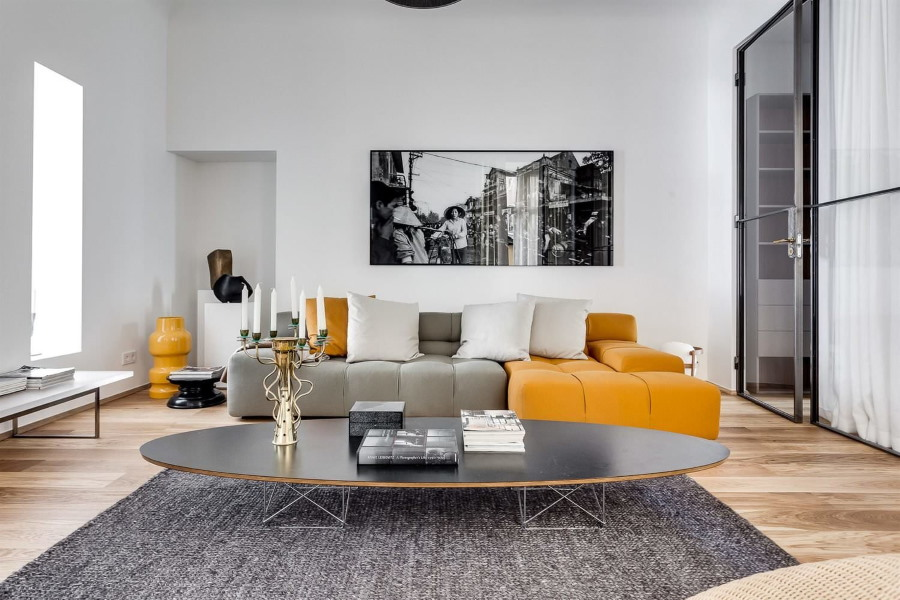 Монохромная картина над диваном в зале