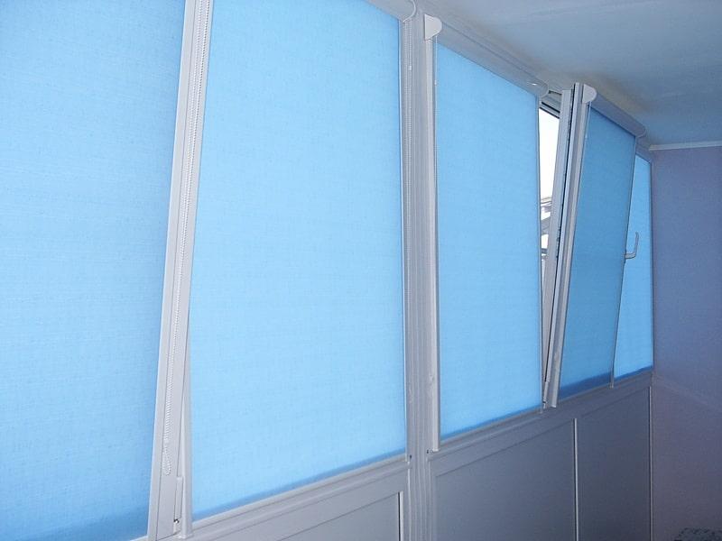 Балконные окна с кассетными шторами рулонного типа