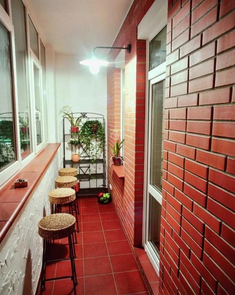 Кирпичная отделка узкого балкона