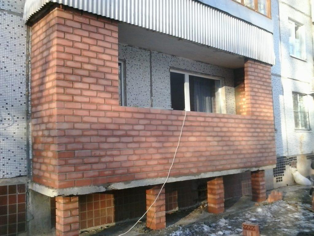 Кладка стен балкона из лицевого кирпича