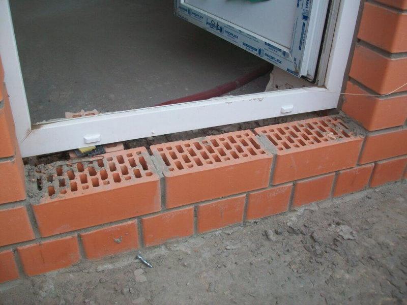 Кладка кирпичного порога перед балконной дверью
