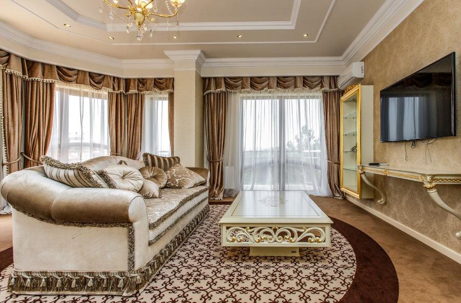 Плотные шторы с ламбрекеном в гостиной классического стиля