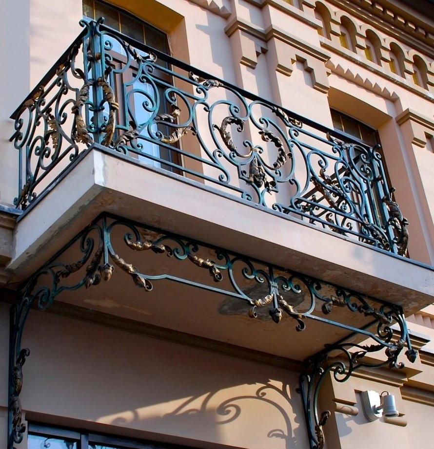 Кованные перила на балконе с бетонной плитой