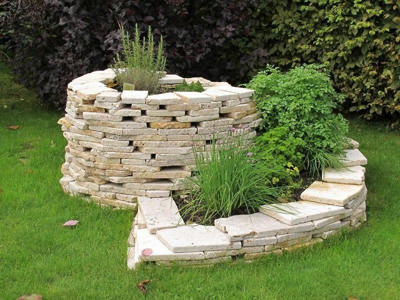 Спиралевидная клумба из природного камня