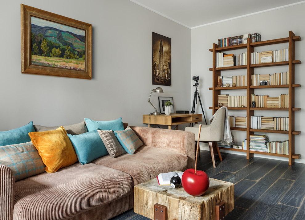 Деревянный стеллаж в гостиной с книгами на полках