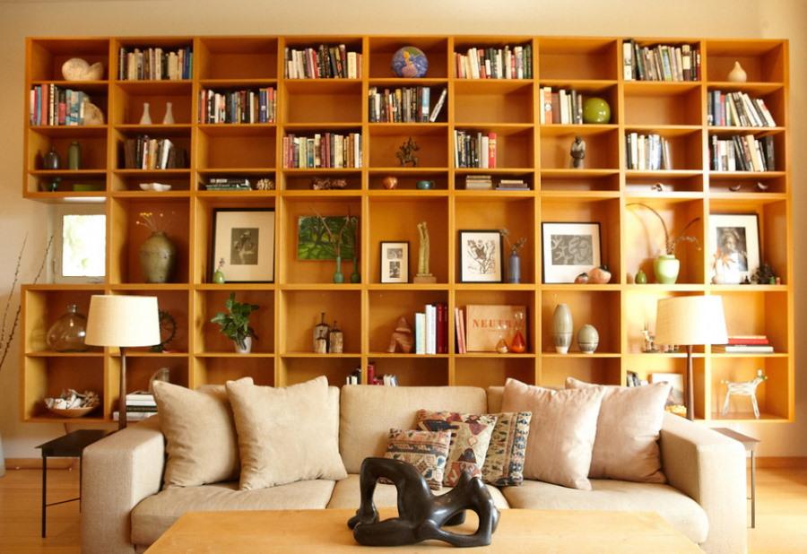 Подвесные полки для хранения книг в гостиной