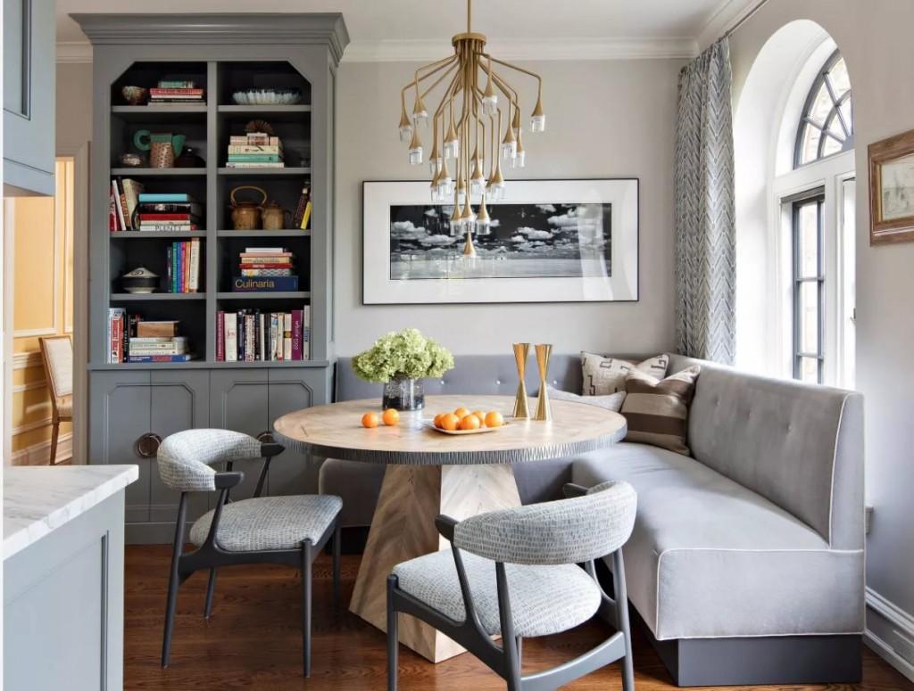 Композитные стулья за круглым столом в гостиной