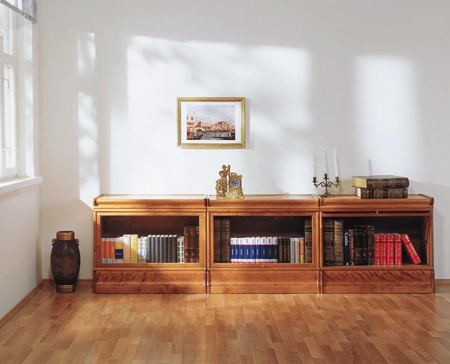 Длинный комод с книгами в гостиной