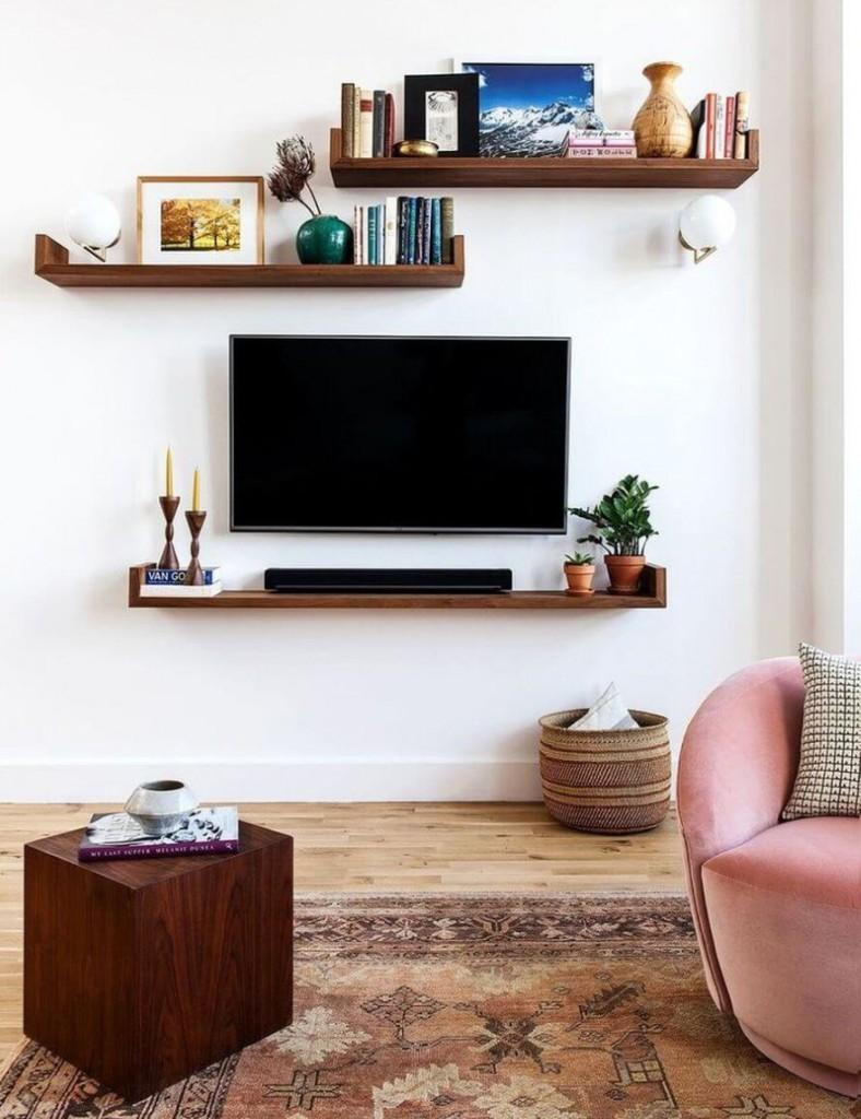 Коричневые полки над телевизором в гостиной