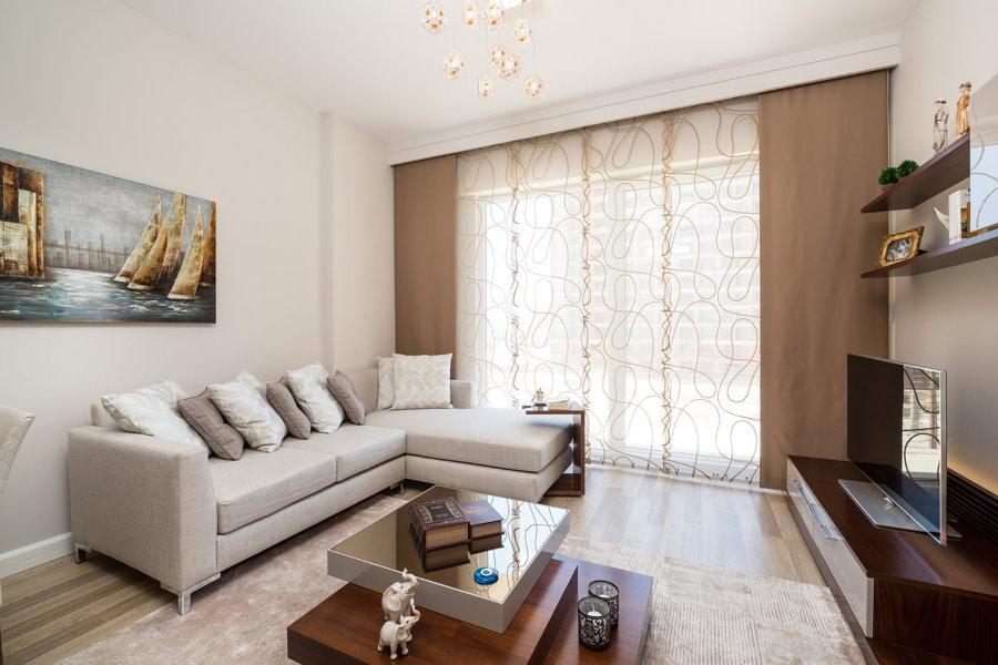 Квадратная гостиная с коричневыми шторами