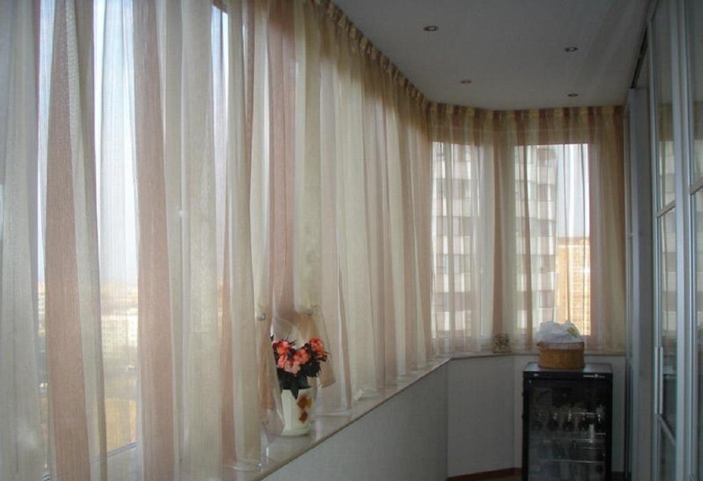 Светлые шторы длиной до балконного подоконника