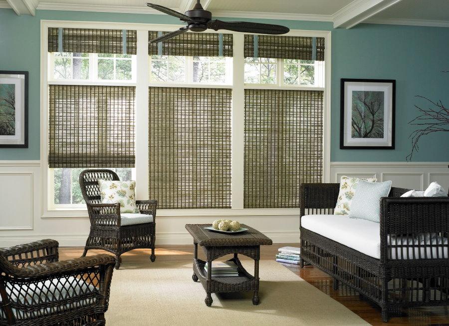 Бамбуковые шторы над подоконником в гостиной