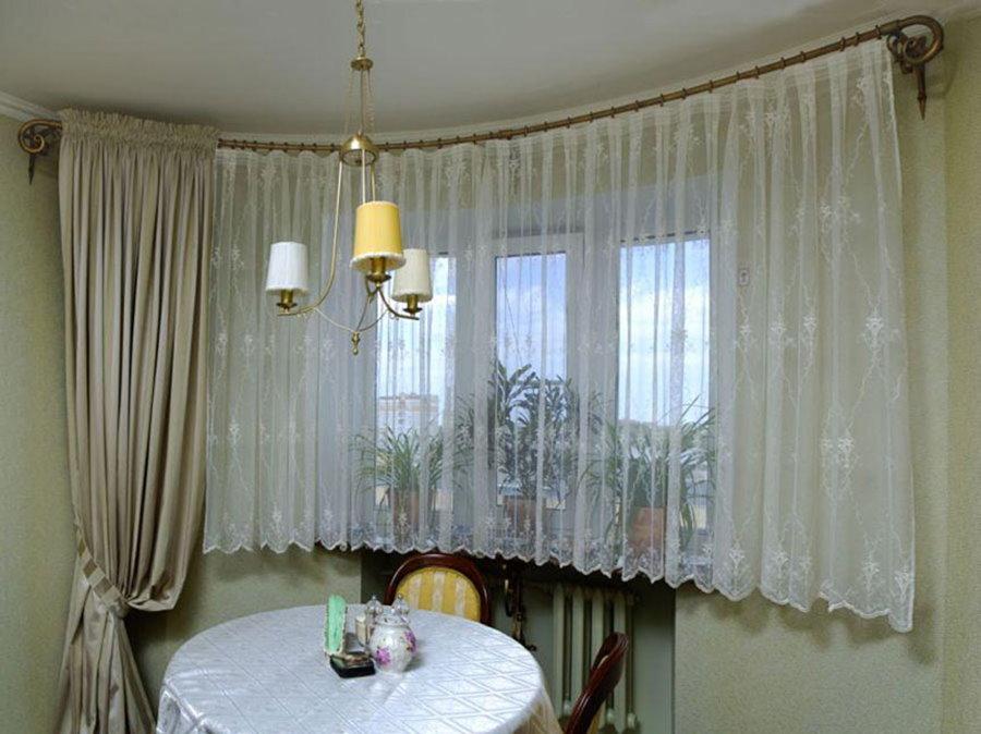 Короткий тюль на окне в гостиной комнате