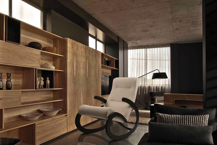 Кресло-качалка в гостиной с деревянной мебелью