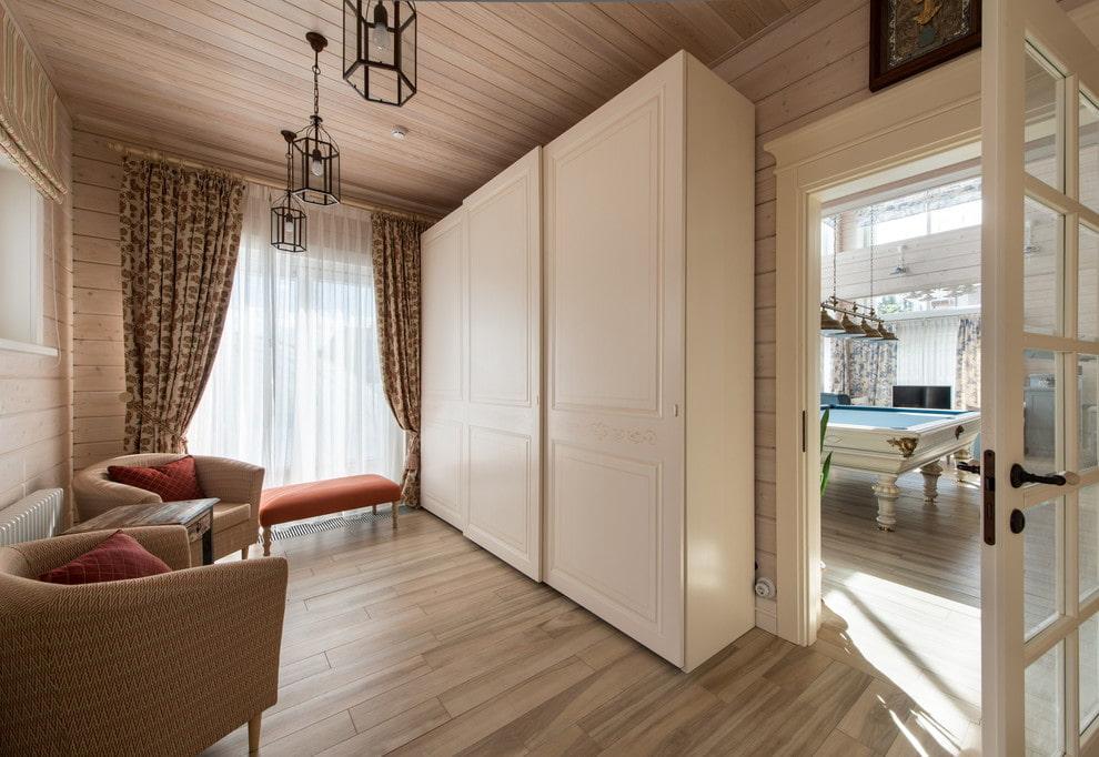 Корпусной шкаф-купе в небольшой гостиной