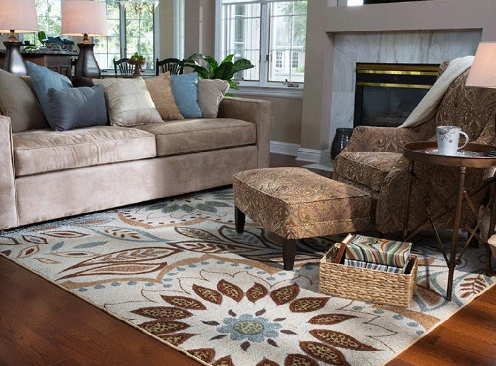 Красивые узоры на ковре перед диваном