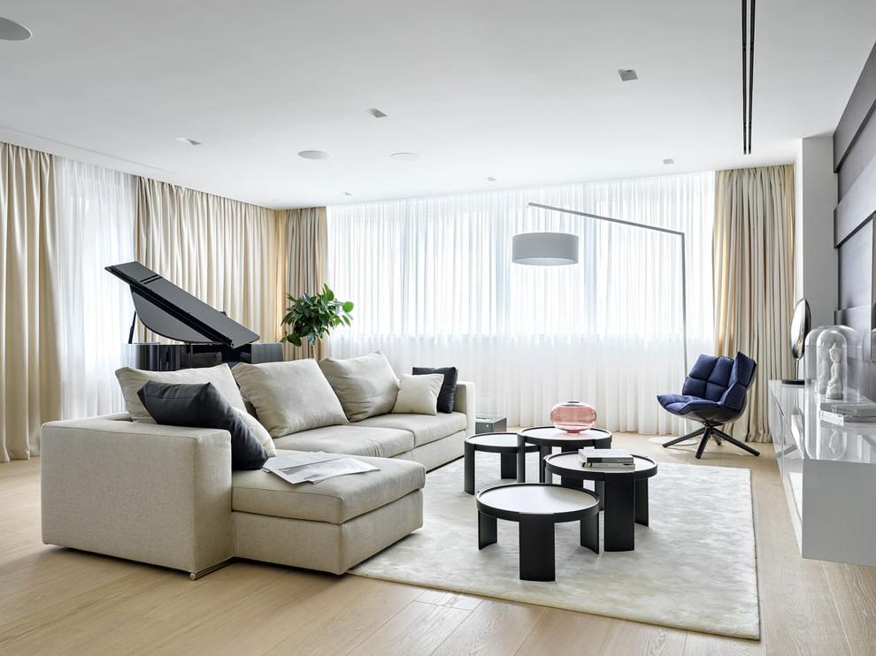 Светлый безворсовый ковер в гостиной с роялем