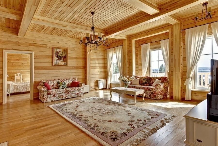 Ковер в интерьере гостиной деревянного дома