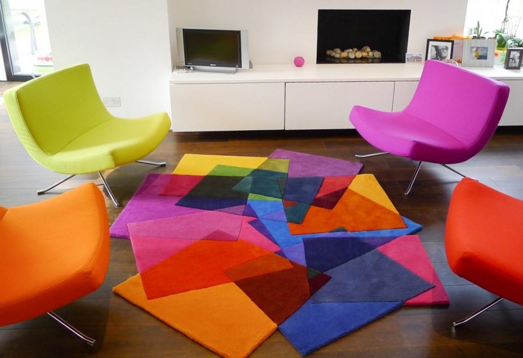 Яркий ковер в стиле авангарда на полу в зале