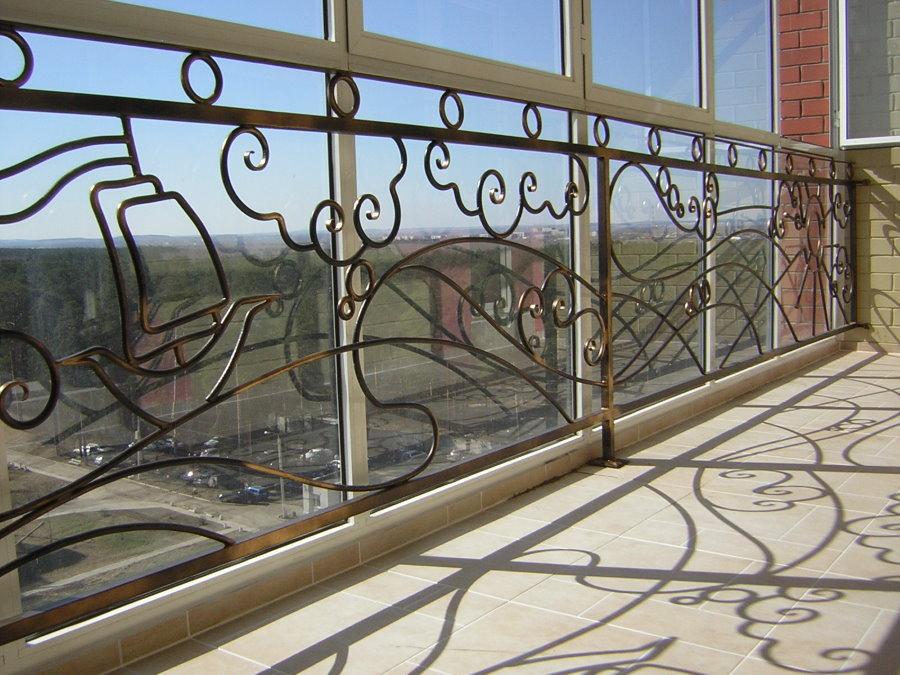 Кованные перила на лоджии с окнами французского типа