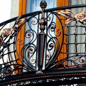 Кованные перила балкона с цветками и листьями