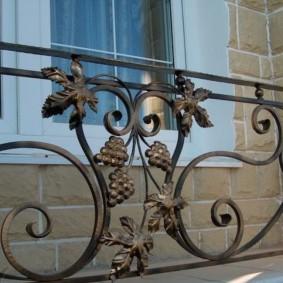 Виноградная лоза на кованных перилах балкона
