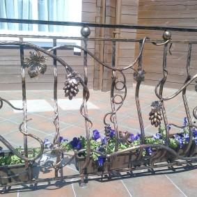 Ажурная ковка на ограждении балкона