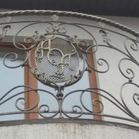 Вензеля на кованных перилах балкона