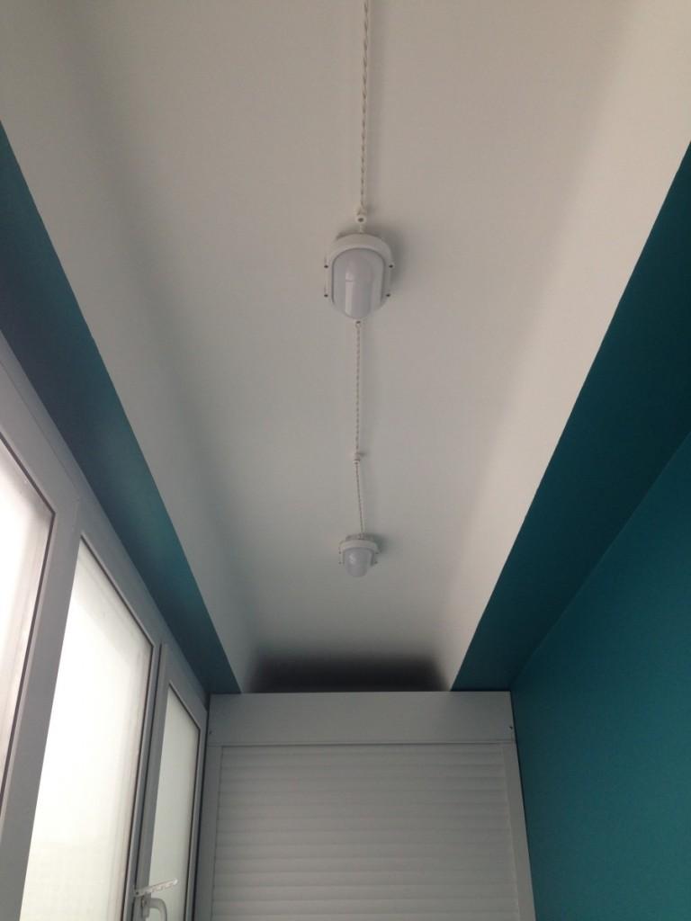 Влагозащищенные светильники на окрашенном потолке балкона