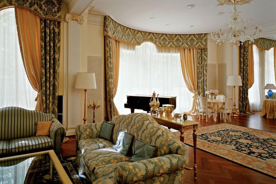 Шторы с ламбрекенами в гостиной комнате