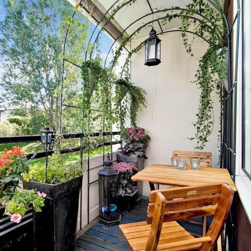 Деревянный столик в саду на балконе