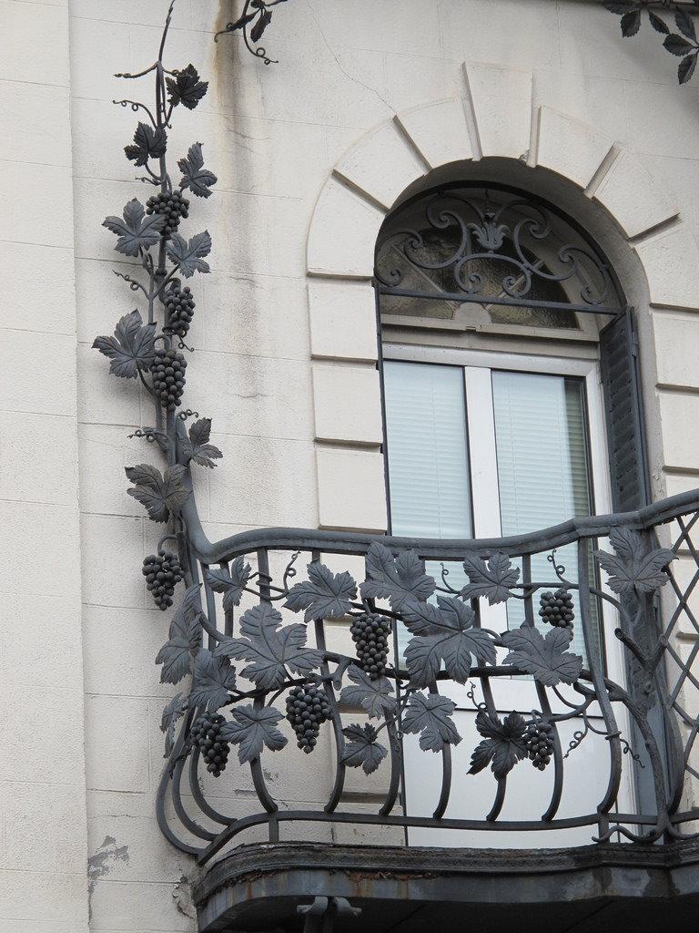 Открытый балкон с ажурной ковкой