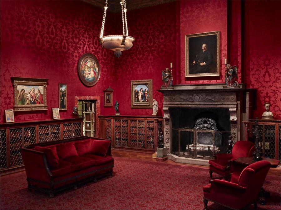 Камин в гостиной комнате с красными обоями