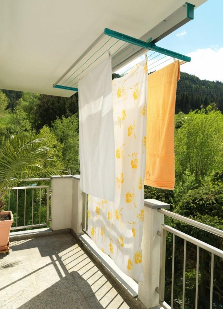 Потолочная сушилка с бельем на открытом балконе