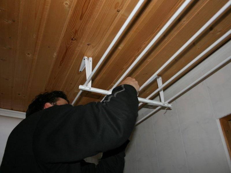 Крепление саморезами балконной сушилки на потолке